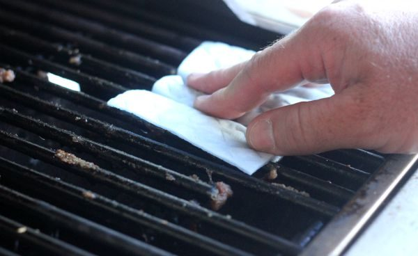 Clorox Scrub Singles for cleaning the grill in between uses