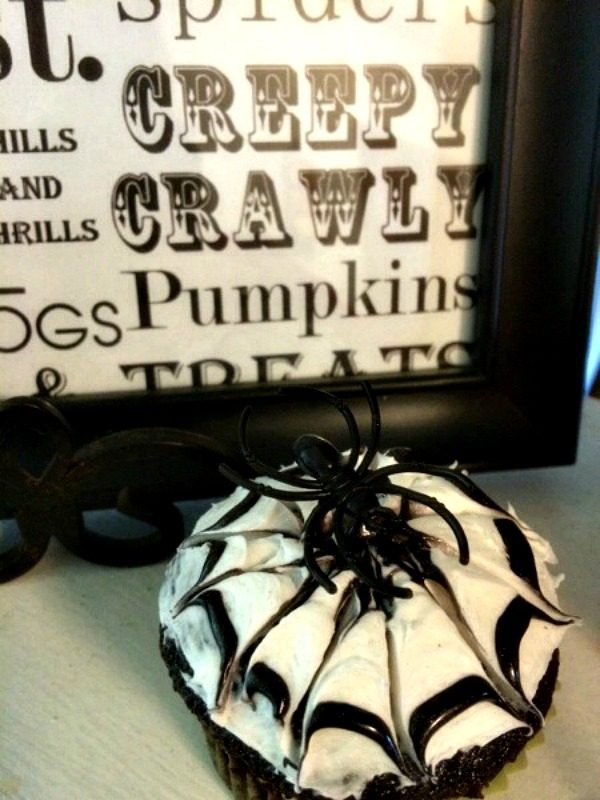 Easy Spider Cupcakes with Frosting Tutorial from Clever Housewife